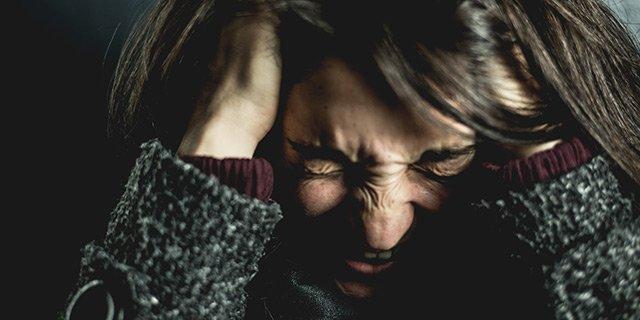 Kvinna som går igenom en skilsmässa och visar sin känslor.